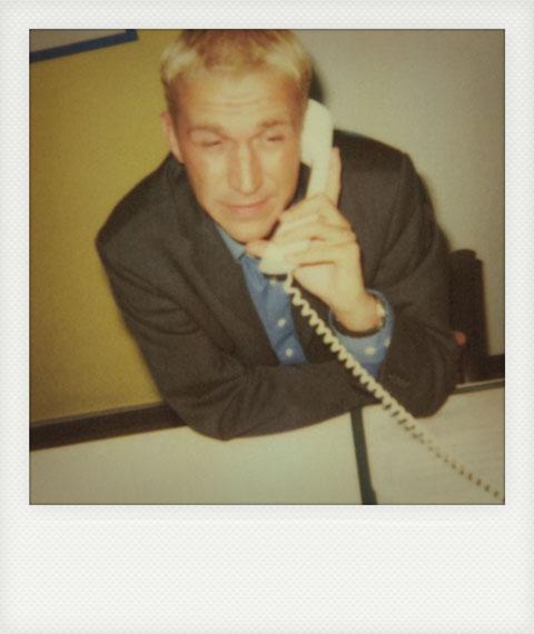 Polaroid des jungen Thomas Schlayer mit Sacko am Telefonhörer